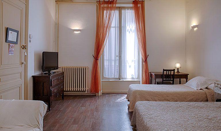 H tel lyon pas cher chambre petit budget est situ for Reserver chambre hotel pas cher